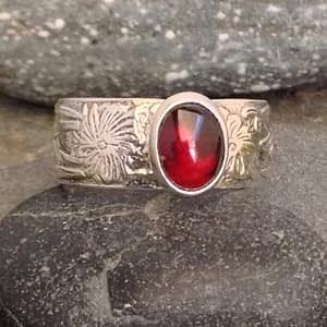 Saucy Jewelry floral pattern ring with gemstone